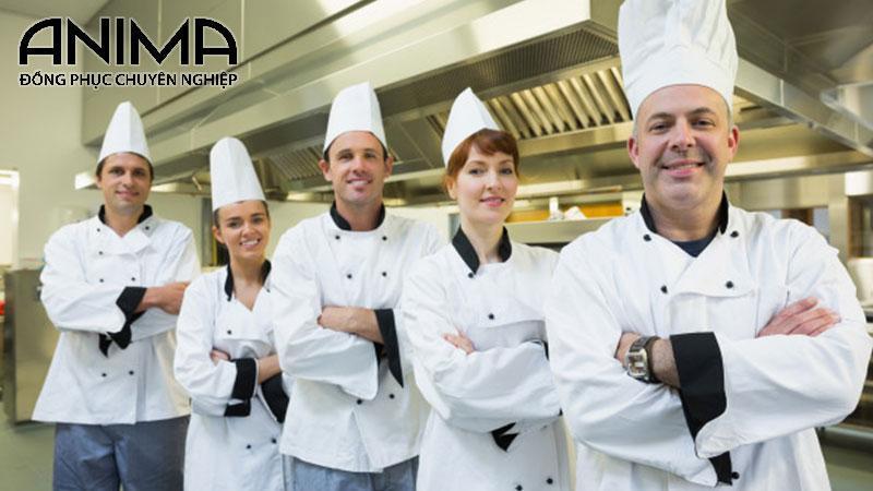 Người đầu bếp luôn có một bộ đồng phục dành riêng bao gồm: mũ bếp, áo bếp và tạp dề
