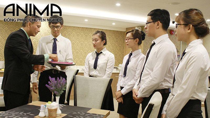 Đồng phục nhân viên phục vụ luôn cần thiết trong nhà hàng