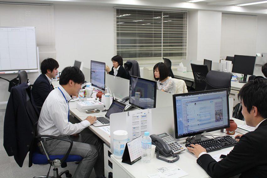 Đồng phục công sở lịch sự và gọn gàng trong văn phòng mang hiệu suất công việc lên cao